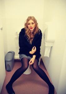 Laut einer Umfrage von Oracle scheinen Toiletten für Handys ganz besonders gefährliche Orte zu sein.
