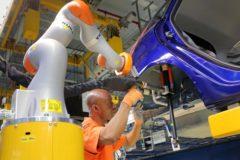 arbeiten-hand-in-hand-dank-industrie-4-0-ford-in-koeln-setzt-auf-kollaborierende-roboter-fuer-zusaet