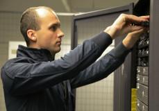 Ausbau von defekten RAID-Festplatten im Rechenzentrum.